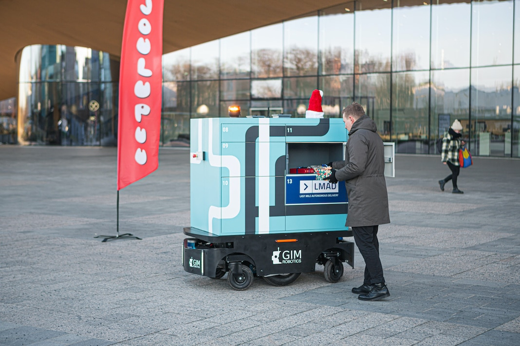 LMAD robot in Helsinki accepting donations for Joulupuu charity